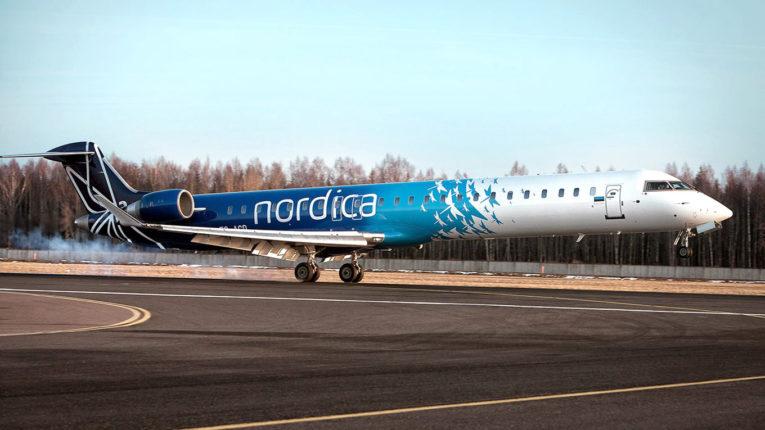 Самолет Nordica на взлетной полосе
